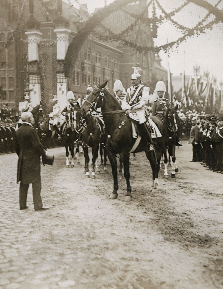The postcard shows the Emperor on horseback during his visit to Münster in 1907.