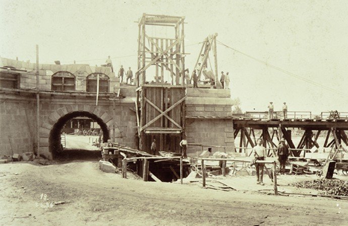 Historic photograph of the ship elevating facility construction, 1894-1899